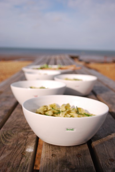 Schalen-Set mit Prägung `bowl` (2er Set) von Keith Brymer Jones am Strand